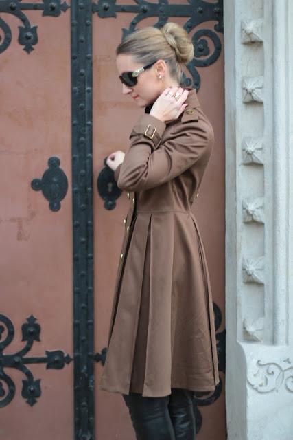 Trench coat - Burberry prosum, sunglasses - Gucci, boots - Buffalo.