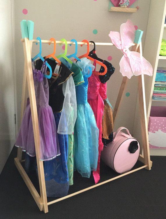 Fait à la main en bois «BASE fixe» enfant taille vêtements rack.  Nos grilles de vêtements en bois inspiration scandinave sont un complément parfait à n'importe quelle chambre d'enfant, chambre d'enfant ou salle de jeux. Élégamment, ils affichent les vêtements de votre enfant, robe de vêtements et accessoires. Ce support à vêtement est fait à la main avec une base fixe qui fournissent une stabilité supplémentaire sur le rack de vêtements qui est idéal pour une utilisation régulière.  Nous…