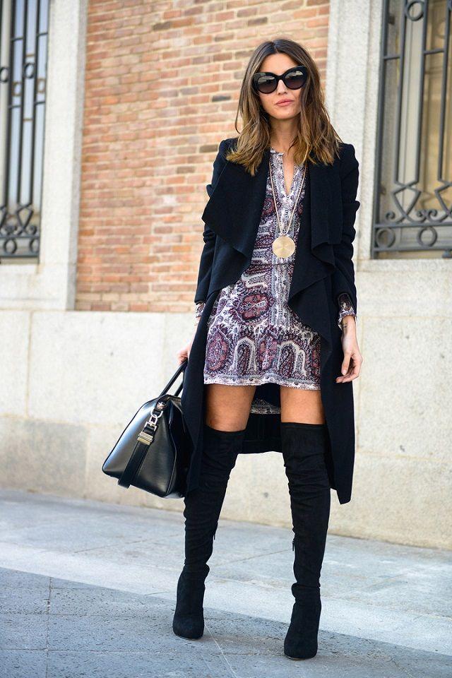 2442c549c5c Ideas de look con vestido (o falda) mini + botas altas + abrigo. Si buscas  ideas de look para las citas importantes este invierno, no es necesario que  ...