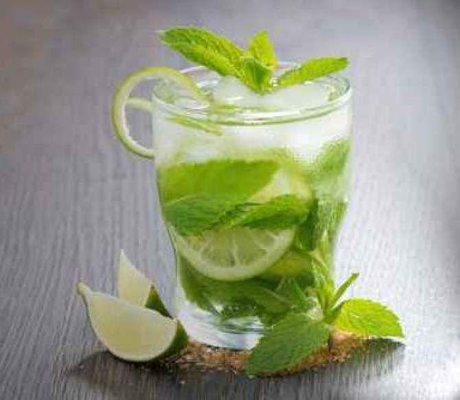 Preparat din 6 ingrediente, rom alb, sirop din trestie de zahar, lamaie verde, apa minerala, gheata si menta, Mojito este unul dintre cele mai gustate cocktailuri din lume.