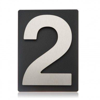 Design Edelstahl Hausnummer 2 auf schieferfarbenem Blech