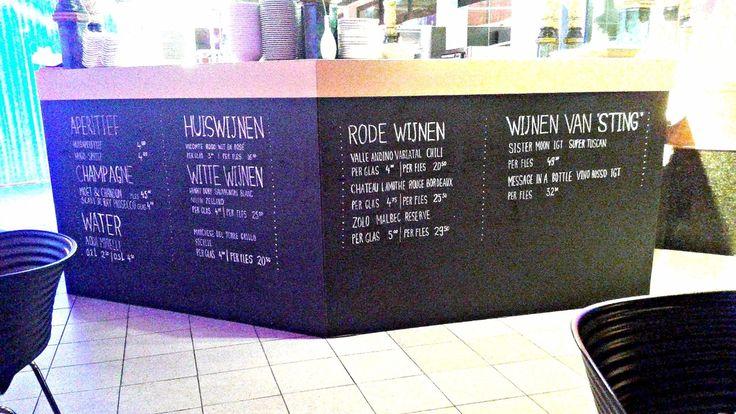 De wijnkaart op een wand door een professionele krijtbordtekenaar