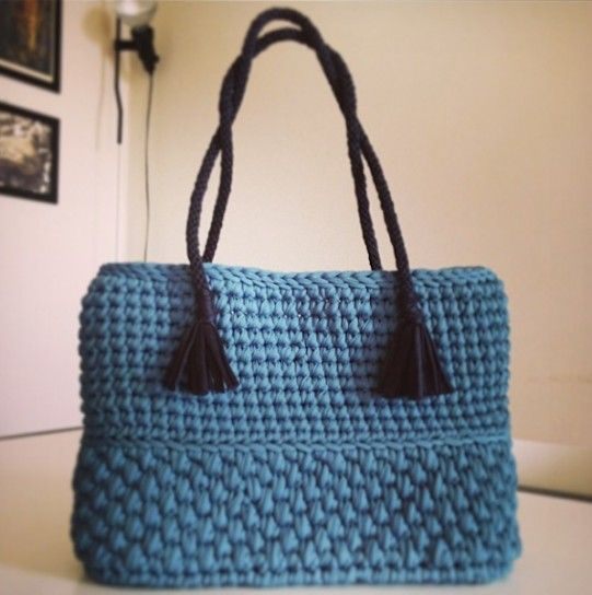 Shopping bag azzurra con manici neri