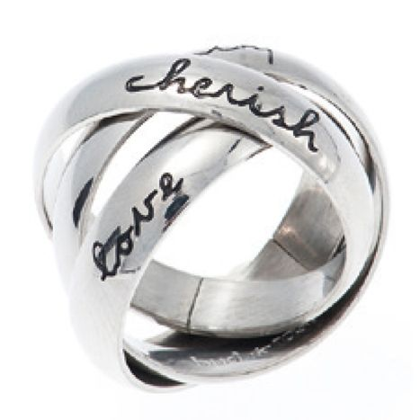 Drie zilverkleurige ringen in elkaar met tekst van het zweedse sieradenmerk Bud to Rose by Diddi.Op iedere ring staat één woord, zijnde; Love, Cherish en Eternity. Deze zogenaamde drie in één ring is van edelstaal gemaakt.