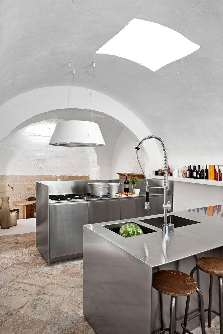Cucina minimalista con un elegante sistema di armadi in acciaio - dettaglio casa moderna rustica