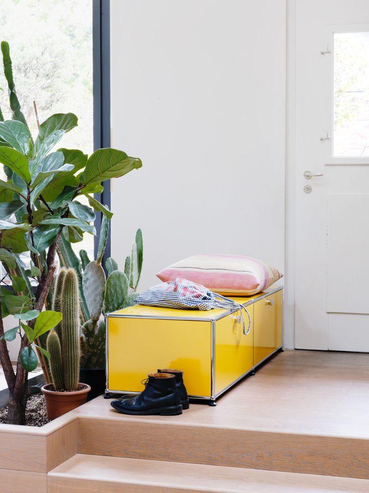 Coffre de rangement/banquette USM Haller avec portes coulissantes. Coloris jaune. Idéal pour tout ranger dans une entrée.