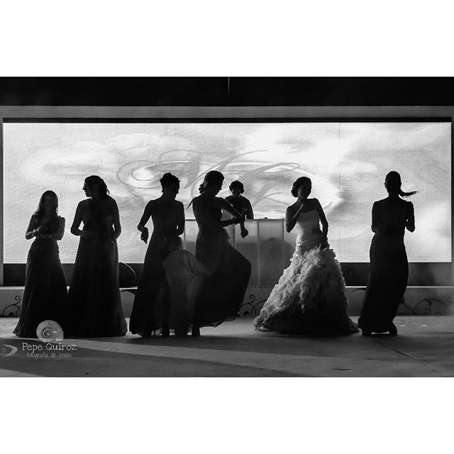Bride & her bridesmaids dancing #mexicowedding #weddingphotographer #lastresmariasjardin #bodapuebla #bodacholula #wedding