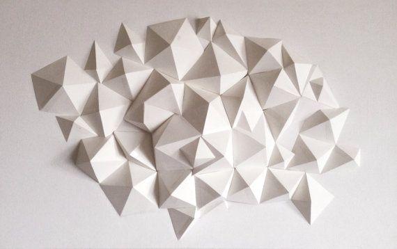 Dies ist die zweite Skulptur in einer Reihe, was ich mit Cardstock mache. Es ist 3D geometrische Viereck und polygonale Pyramiden tesselierend einander und ragen aus einem weißen 20 x 32 Leinwand-Base. Jede Pyramide ist einzigartig und handgefertigt ist und dieses Stück ist völlig einzigartig. Macht eine erstaunliche Ergänzung für jeden Raum für eine moderne zeitgenössische Dreh- und Angelpunkt für Gesprächsstoff. Platzieren Sie Ihre Beleuchtung gut-jede Lichtquelle ein neues…