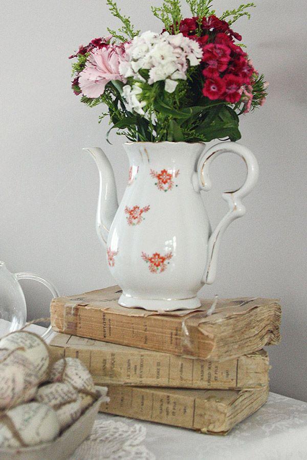 allestimento vintage con teiera e libri antichi - vintage tea pot and ancient books