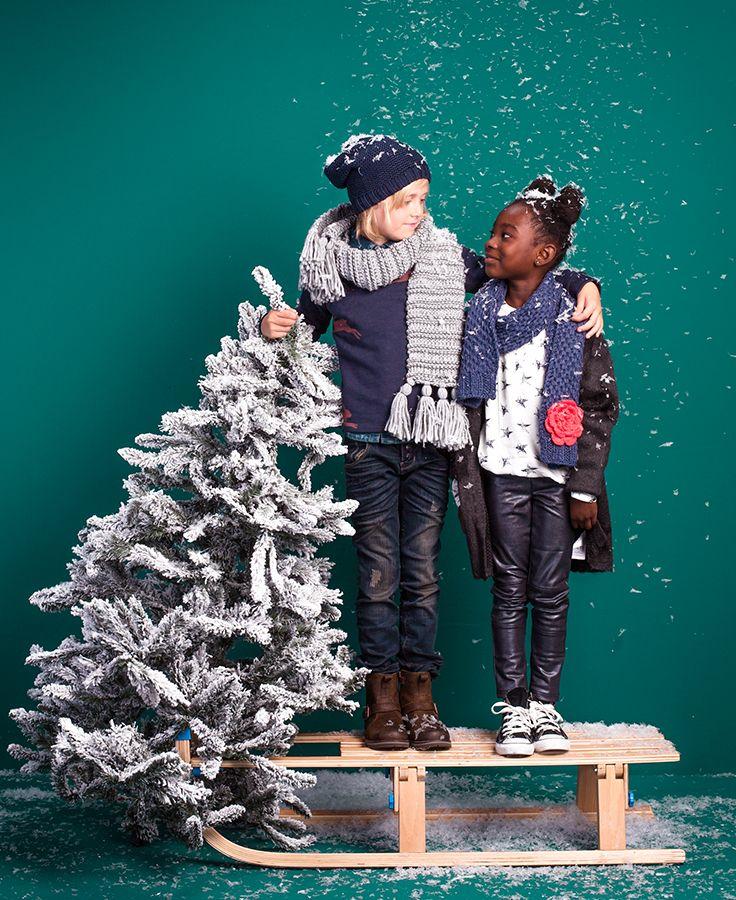 Koop jij elk jaar een fonkelende kerstoufit voor je kids of combineer je liever een beetje goud en glitter met een casual look? #kerstmis #kerst #partylook #partykids #kidsfashion #kids #christmaslook #christmas #outfit #kidswear #snow #christmastree #sneeuw #winterlook #winter