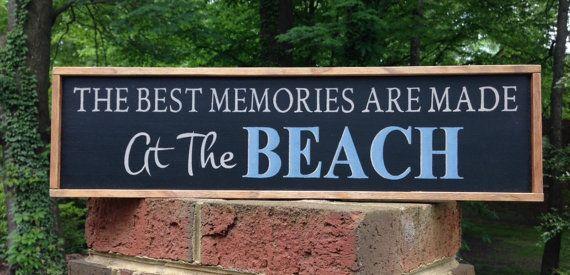 Wat een leuk cadeau om te geven aan een echtpaar heeft een strand bruiloft! Dit teken zou ook ziet er geweldig uit in de buurt van een tabel waarin familie strand fotos!   De geschatte grootte van het teken is 23 x 6 1/4 x 1.  We eerst de achtergrond met een zwart acryl verf geschilderd. Alle woorden, met uitzondering van het woord, Strand, werden geschilderd met een licht beige acrylverf. Het woord, Strand, werd geschilderd in een middel blauw en wit gemarkeerd. Het frame is gemaakt van…