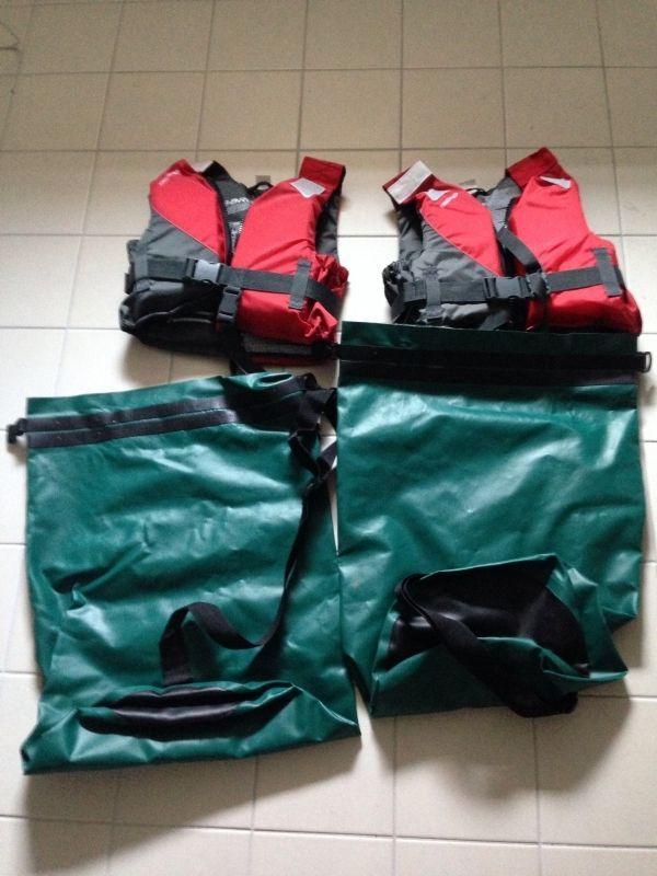 Lot de 2 gilets de sauvetage enfants (25kg à 40kg)   2 sacs étanches. A louer uniquement sur www.placedelaloc.com !