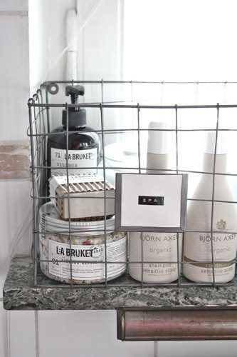 Kätevä ja kaunis metallikori keittiöön, kylpyhuoneeseen tai vaikka työtilaan: toimiva tapa pitää pullot ja putelit järjestyksessä. #kitchen