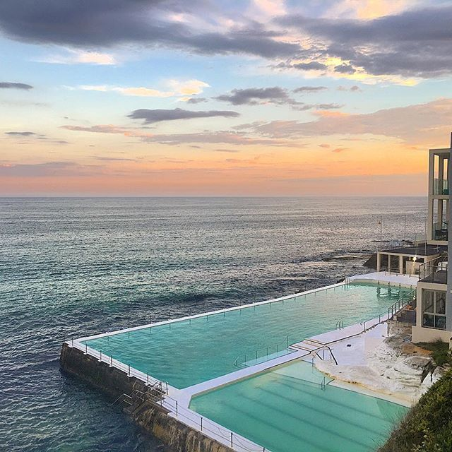 My first sunset on Bondi Beach was not too bad! I took my camera with me to the beach just in case and I was lucky I did! I assume the famous swimming pool was closed already as there was no one in it! . . . #wonderfulworld #earthpics #travelmore #worldwi