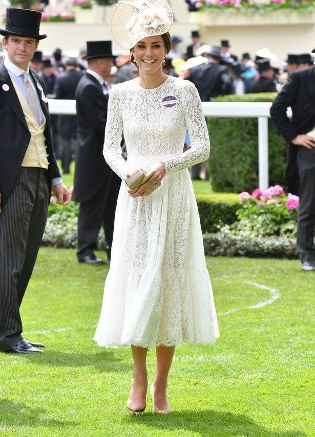 Duquesa de Cambridge elege modelo de renda branco da grife italiana para corrida de cavalos na Inglaterra