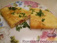 """Фото к рецепту: Омлет """"Кальцоне"""" с сыром и ветчиной"""