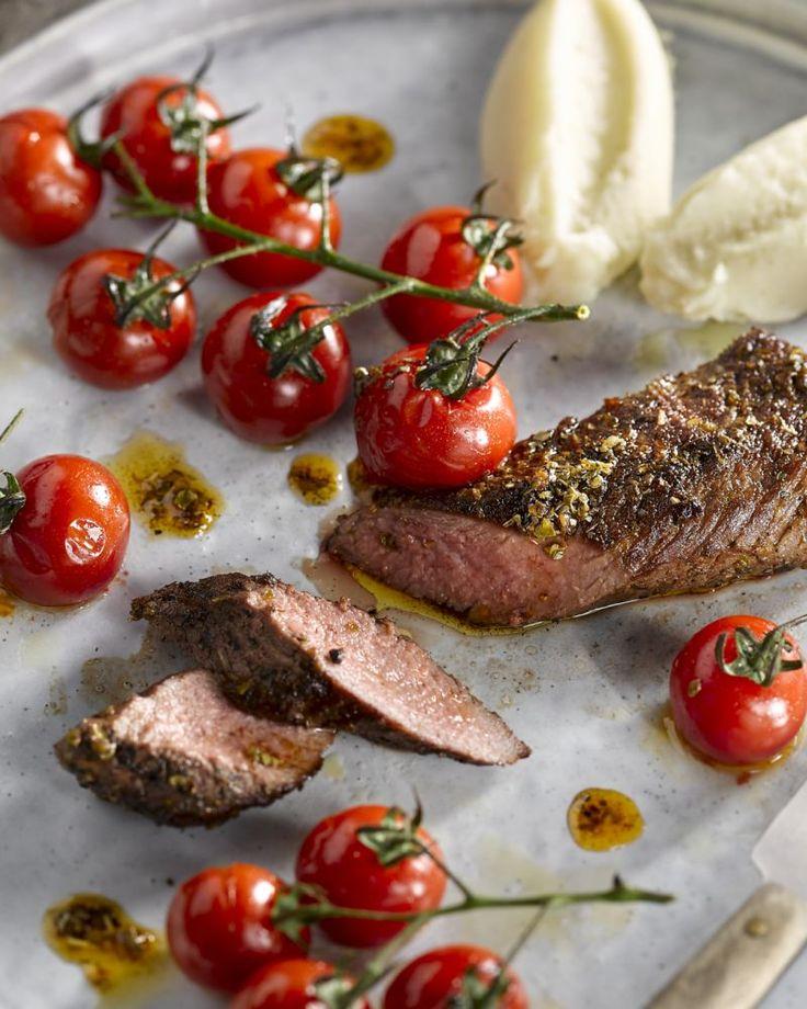 Een van de lekkerste stukjes van lamsvlees is de lamsfilet. Geserveerd met geroosterde kerstomaatjes is dit een eenvoudig gerechtje maar oh zo lekker.