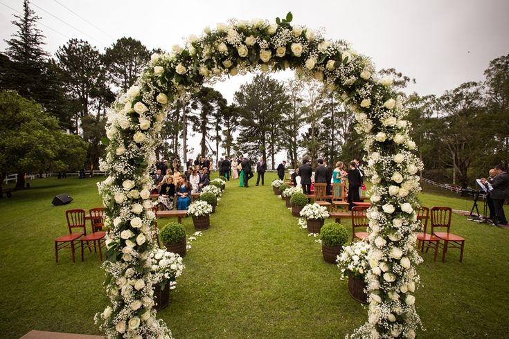 Home wedding: arco de flores antes da passarela