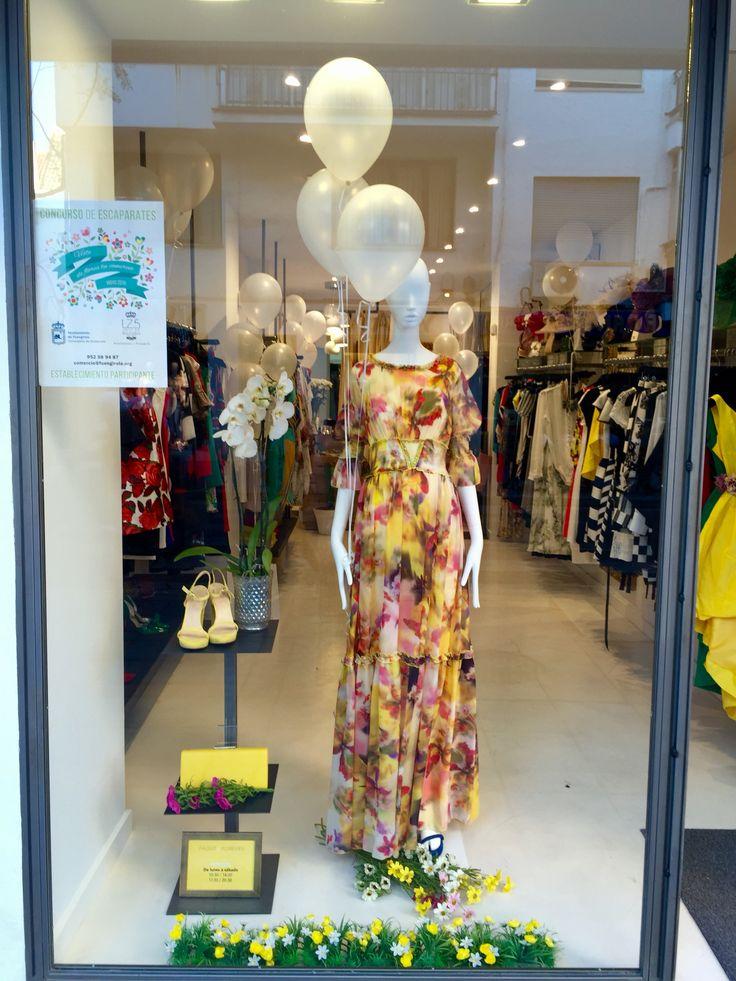Escaparate primaveral con flores y más flores. Tienda de ropa en #Fuengirola #tendencia #italiana