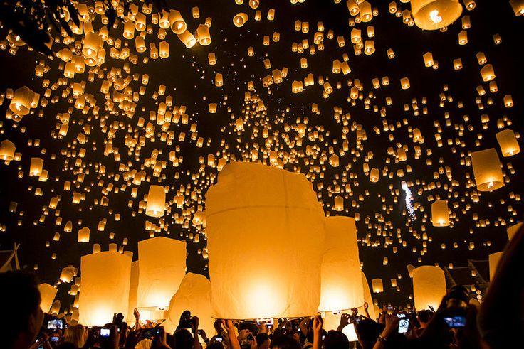 タイで毎年11月に開催される仏教のお祭り、コムローイ(ロイクラトン、イーペンサンサーイ、イーペン・ランナー・インターナショナル)祭。 ブッダへの感謝の意味を込めてみんなで一斉にランタンを打ち上げる様は息をのむ美しさです。 ディズニー不朽の名作、「塔の上のラプンツェル」の灯籠をあげるシーンはここがモデルになったとも言われています!