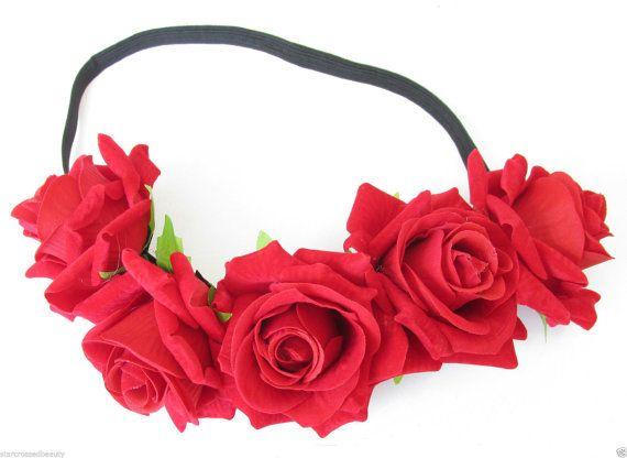 Serre-tête fleur rose de beau style vintage !  Ce bandeau de belle fleur rose est idéal pour ajouter glamour de style vintage fleur à nimporte quelle tenue. Mettant en vedette beau regard réaliste, velours effet de roses rouges, sur un bandeau élastique noir. Le serre-tête mesure environ 7cm à son plus large. Le serre-tête mesure 1cm de large. Chemise à élastiques. Sadaptera toute taille de la tête ! Parfait pour les journées chaudes, festivals, fêtes, demoiselles dhonneur - nimporte quelle…
