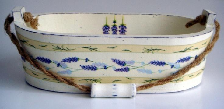 Levandulové vědýrko Dřevěné vědýrko s jemným motivem levandule, ozdobené technikou decoupage a patinou- zašlý vzhled. Ošetřeno matným lakem. Materiál: dřevo, sisalový provázek Rozměry: 23x13 cm.