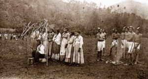 Cherokee Cherokee Die Cherokee waren kein Volksstamm der Muskhogee-Sprachfamilie, sondern ein Stamm der mächtigen Irokesen-Sprachfamilie. Sie lebten in den Appalachen, einem Gebirgszug an der Atlantischen Küste. Sie bestanden aus drei Unterstämmen. Die Cherokee waren auch ein hochzivilisierter Stamm der Fünf, später Sechs Nationen der Irokesen-Liga