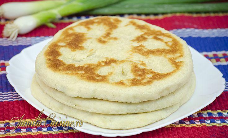 Reteta culinara Placinte cu branza in tigaie (video) din categoria Piine. Specific Romania. Cum sa faci Placinte cu branza in tigaie (reteta video)