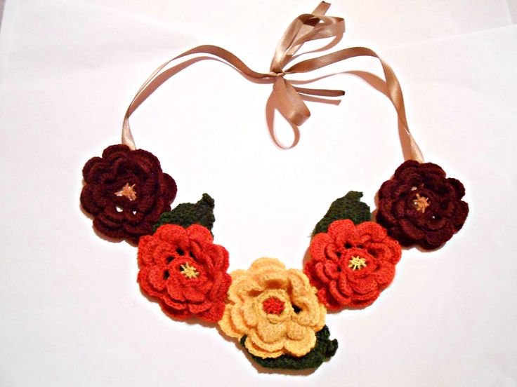 Colier cu flori crosetate Urmareste-ne aici: https://www.facebook.com/GrannyMadeRo