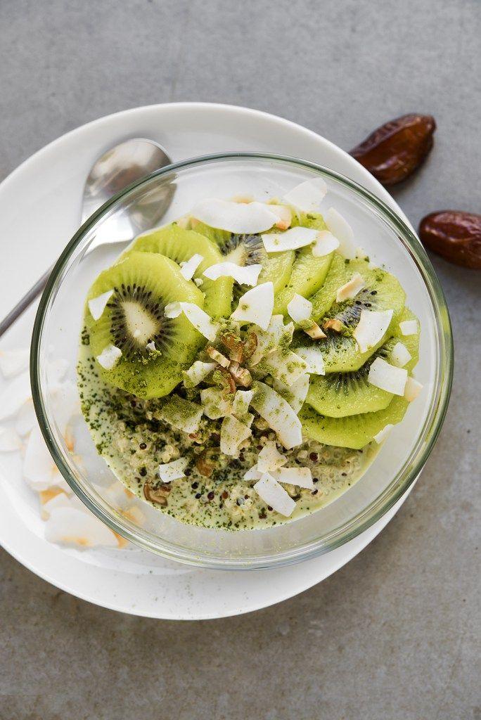 Quinoa-Kiwi-Matcha Porridge mit Kokosmilch