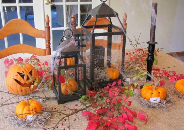 Dekoideen für Herbstparty -halloween-metall-laternen-mini-kuerbisse-zweige-spinnennetz