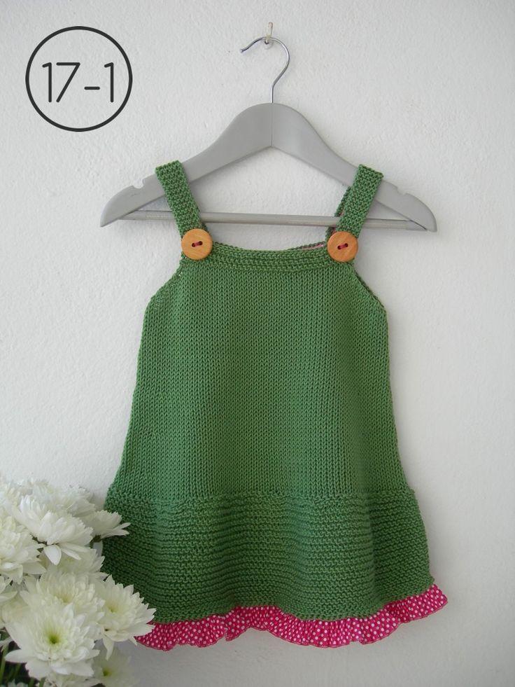Vestido en color verde hoja con faldón en punto bobo con minivolante en tela de lunares en color fucsia y cuerpo en punto jersey. Tirantes con corchete a la espalda. Botones grandes madera.