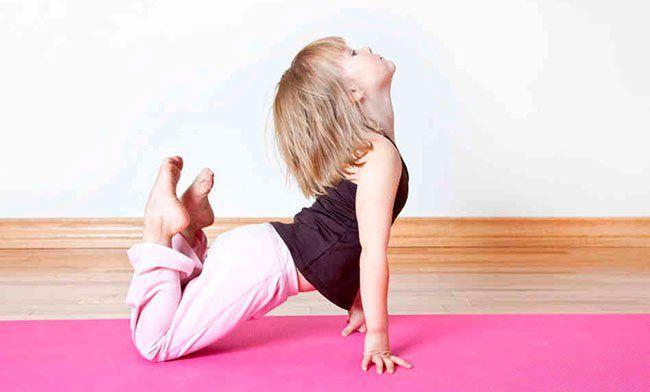 4 maneras en las que el yoga puede ayudar a los niños