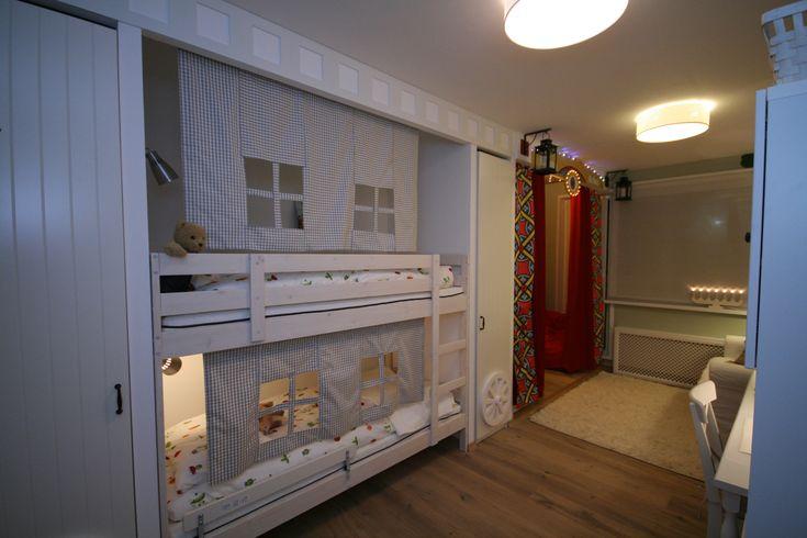 Появилась мебель, и теперь, как только мы входим, сразу видим конструкцию, похожую на кибитку. Это шкафы для одежды и двухъярусная кровать