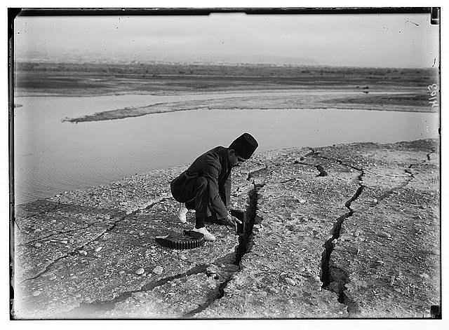 أحداث فلسطين زلزال 11 يوليو 1927 الشقوق العميقة أو فتحات الأراضي بالقرب من البحر الميت الناجمة عن الزلزال Natural Landmarks Earthquake Landmarks