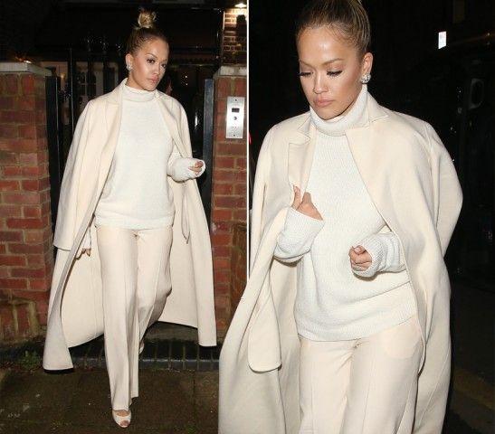 Rita Ora  DOVE: Londra, Corinthia Hotel  LOOK: Outfit crema, per la prima di 50 sfumature di nero. Cappotto sartoriale appoggiato alle spalle, dolcevita con collo morbido e pantaloni palazzo. Completa il look lo chignon alto.