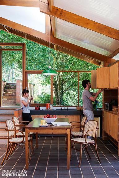 Erguida na região de São Francisco Xavier, esta casa adotou materiais simples e soluções engenhosas e cede o destaque para o verde ao seu redor