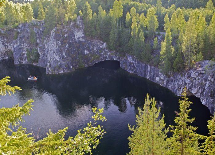 Мраморный карьер Рускеала, Карелия. Рускеальский мраморный «каньон» - не природное образование. С XVII века здесь добывался мрамор. И «каньон» является следствием этой добычи – огромная рукотворная ниша, заполнившаяся грунтовыми водами. Длина бывшего карьера более 400 метров, ширина от 50 до 100 метров, глубина до 50 метров.