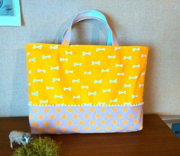 レッスンバッグ(手提げ袋)です。黄色地に白のリボン柄に、淡いピンク×黄色ドットを合わせました。間に白のボンボンブレードを挟んでいます。内布は、切り...|ハンドメイド、手作り、手仕事品の通販・販売・購入ならCreema。
