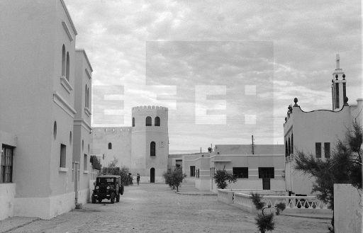 Villa Bens (Cabo Juby), enero de 1958.- Un aspecto de la ciudad. Al fondo, a la izquierda, edificio de la Administración y a la derecha, la iglesia católica de los padres Oblatos.- EFE / j