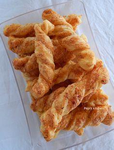 Μπαστουνάκια Σφολιάτας με Γραβιέρα http://www.kitchenstori.es/2012/10/gruyere-cheese-sticks.html