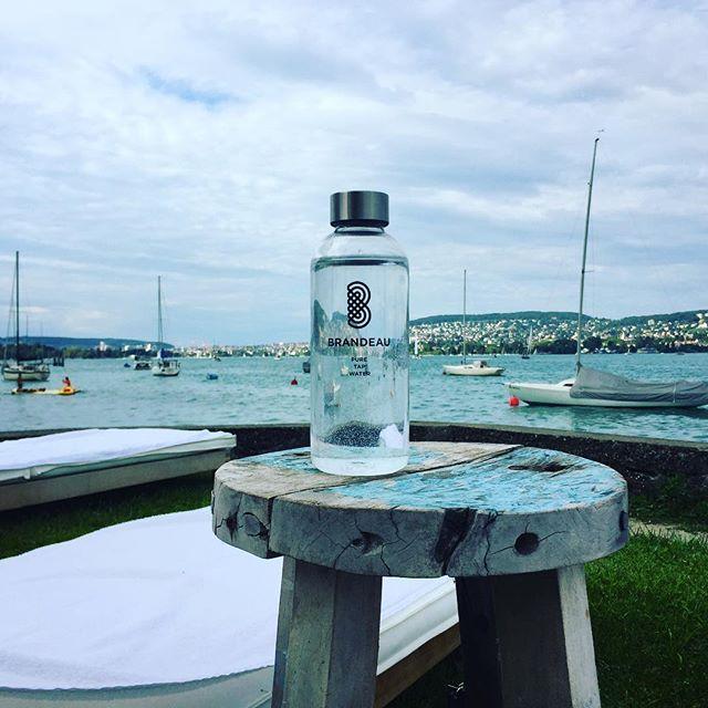 www.brandeau.ch I  Chill out at lake Zurich. ••• #brandeaubottles #wasser #water #wasserflasche #wassertrinken #wassergenuss #hahnenwasser #stilleswasser #flasche #tapbottle #tapwater #trinkflasche #takeawaybottle  #takeaway #bpafree  #bpafreebottle #beachchairs #lakezuerich #zuerichsee #zürisee #fischersfritz #beachlodge #relax #chillout #holztisch #woodtable #shabbychic