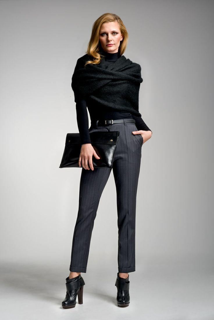 Biznesowa klasyka VERBUM NOBILE: garniturowe spodnie OLIMPIA, dopasowany golf i szal-komin. Całość uzupełniona elegancką czarną kopertówką.