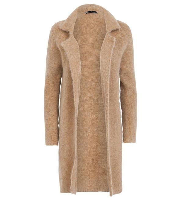 Summum heerlijk zacht vest in een fijne wolmix. De ellebogen zijn voorzien van gebreide contrasterende elleboogstukken in hartvorm. Combineer het vest zonder sluiting met een rok en een vrouwelijke blouse voor een casual chique look.