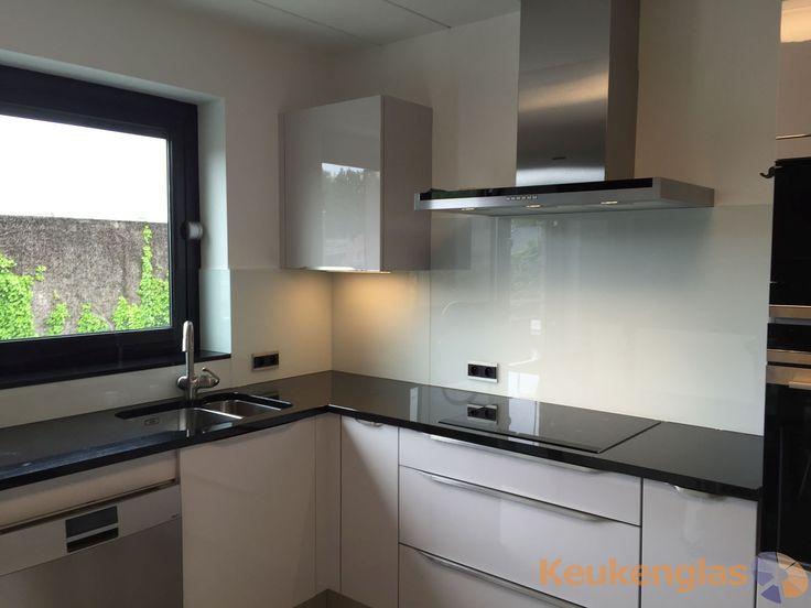 Glaswand Keuken Ikea : Deze mooie witte keuken spatwand staat in een moderne keuken in