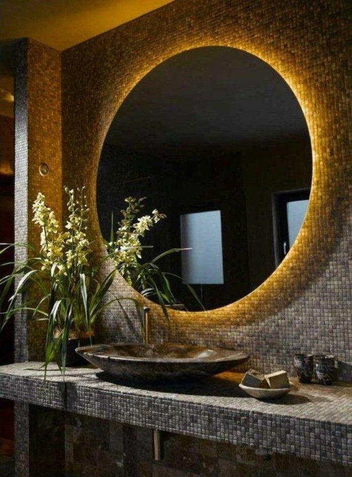 mur en mosaïque marron, miroir rond avec eclairage led