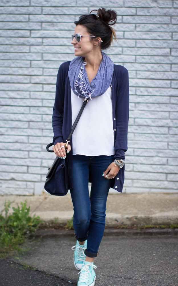 Una bufanda, un cardigan, un moño y lista: | 16 Maneras de usar Converse para ir a trabajar