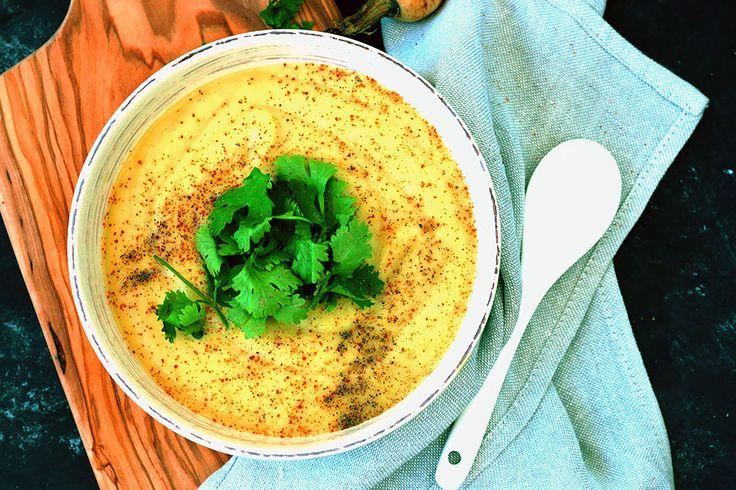 Esta vez traigo una de mis recetas favoritas, la cual es una de las cosas que más ceno cuando se acerca el otoño/ invierno: una crema muy muy suave de chirivía al curry (que por cierto, si no la conoces, ya estás tardando ;-)). Esta
