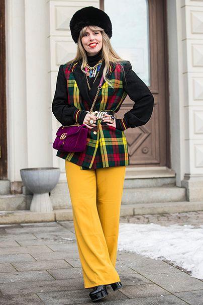 Girl in Gelb. Eine weitere Signalfarbe, kombiniert mit dem diesmal ebenfalls bunten Karo-Trend.