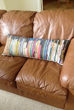 Traiga su biblioteca a su sofá con esta almohada estante personalizada. | 27 DIY increíblemente inteligentes que todos los amantes de libros necesitan